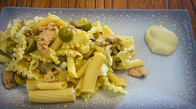 Ensalada de pasta con pollo adobado